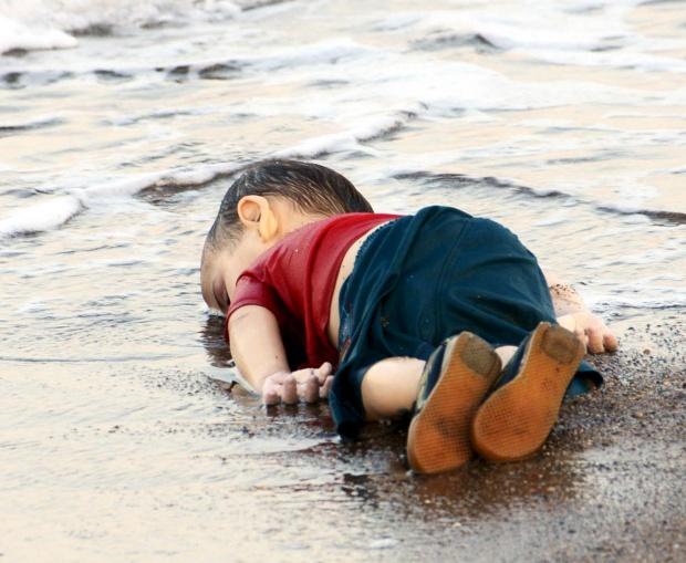 Glejte dete v pesku na obali Aylan-Kurdi-02-September-2015