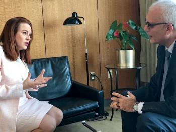 Maria Fernanda Espinoza u razgovoru s E. Avdovićem (Photo by Halil Mula for Webpublicapress WPP)